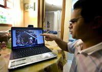 O professor Gean Carlos dos Santos mostra imagens do processo de construção de um biodigestor doméstico