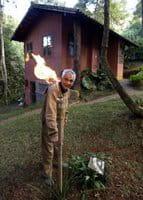 O dono de uma pousada de Petrópolis acende uma tocha abastecida com gás metano produzido por um biodigestor