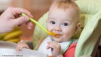 Bebês que comem sólidos dormem melhor